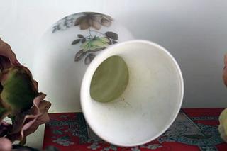 シックな薔薇のミルクガラス花瓶