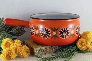 オレンジのレトロな花柄の鍋