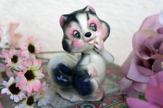 陶器の可愛らしいリスの置物